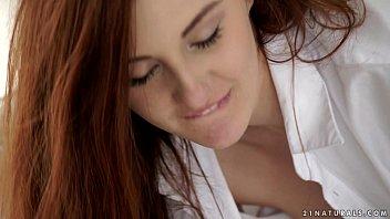 Женщина в латексе позирует для порно журнала