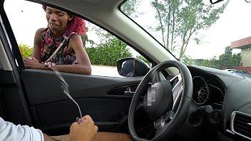 Массажистка наносит масло на обнаженную лесбуху и трогает ее промежность
