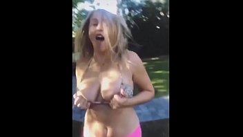 Милая молодая шлюха-блондинка доводит саму себя до интенсивного женского оргазма