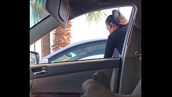 Девчонка мастурбирует и облизывает хуек водителю в движущимся автомобиле