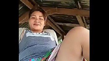 Белокурая мамка с шикарными грудями ласкается с подругой во дворе