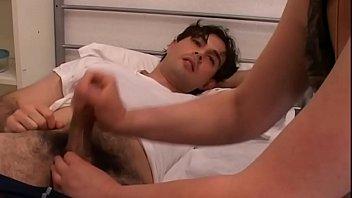 Секс на диванчике с толстозадой членосоской в возрасте в черных колготках