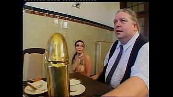 Кучерявый босс трахает тридцатилетнюю секретаршу на хорошем столе