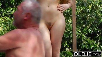 Женщина в латексе вдула рабу в анал огромным фаллоимитатором