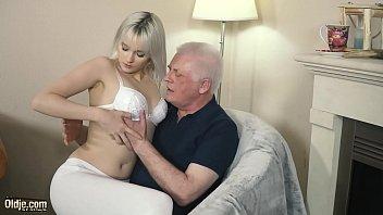 Секс с миленькой женщиной