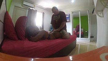 Перед камерой мужик хлещет ремнем по попке привязанную брюнетку и сует ей палец в киску