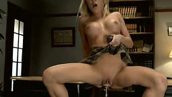 Голая блонда пользуется смазкою и насаживается на большие секс игрушки