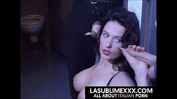 Русская девчонка с жирком ласкает секс игрушкой перед вебкой