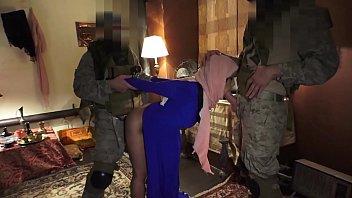 Несколько дамочек лижут фаллос стриптизера на девичнике в ночном закрытом клубе