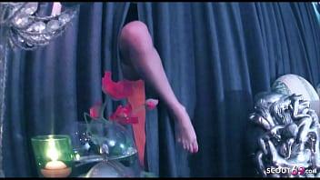 Кучерявая белокурая шлюха на корточках романтически отсосала фаллос