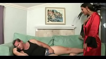 Худая красотуля ласкает секс игрушкой и крупным страпон на кроватки