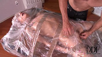 Два британских юнца принимают душ вдвоём и балуются в дивану