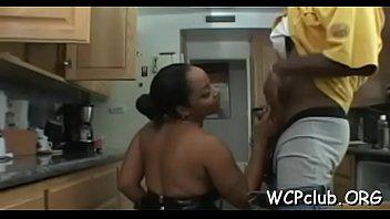 Белобрысая тетка с истинными титьками тщательно моет тело в большой ванной