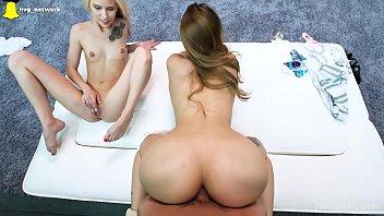 Блондиночка на каблуках развела ноги и показала вульву через колготки
