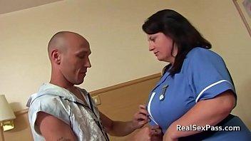 Худая девица возбудила мужика анилингусом перед добротным задницей