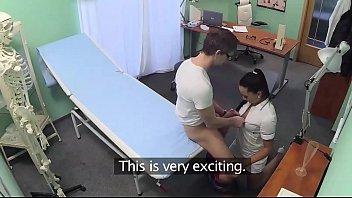 Игривая телка подзадорила подругу обнажиться перед камерой