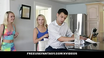 Обнаженная пара занимается анально-вагинальным порно на деревянном полу напротив зеркала